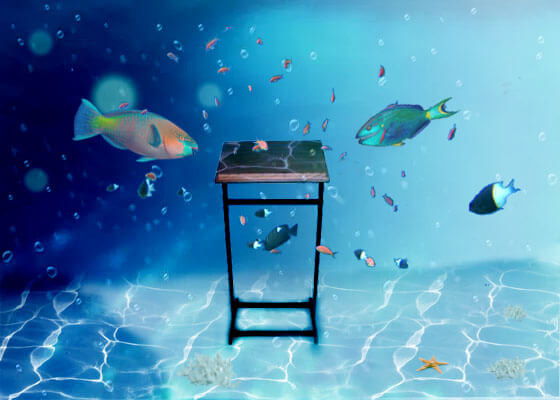 סטנדר מתחת למים מוקף בדגים
